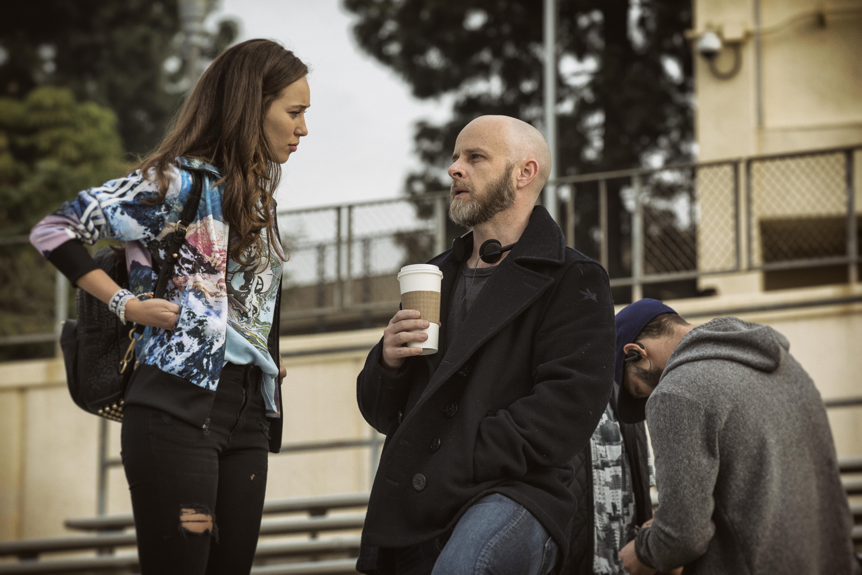 Alycia Debnam Carey como Alicia e o Produtor Executivo/Showrunner Dave Erickson - Fear the Walking Dead 1ª Temporada, Episódio 1 | Foto por Justin Lubin/AMC
