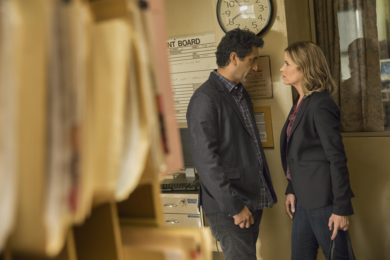Cliff Curtis como Travis e Kim Dickens como Madison - Fear the Walking Dead 1 Temporada - Episódio 1: Pilot