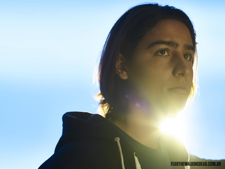 Lorenzo James Henrie como Chris Manawa - 2ª Temporada de Fear the Walking Dead