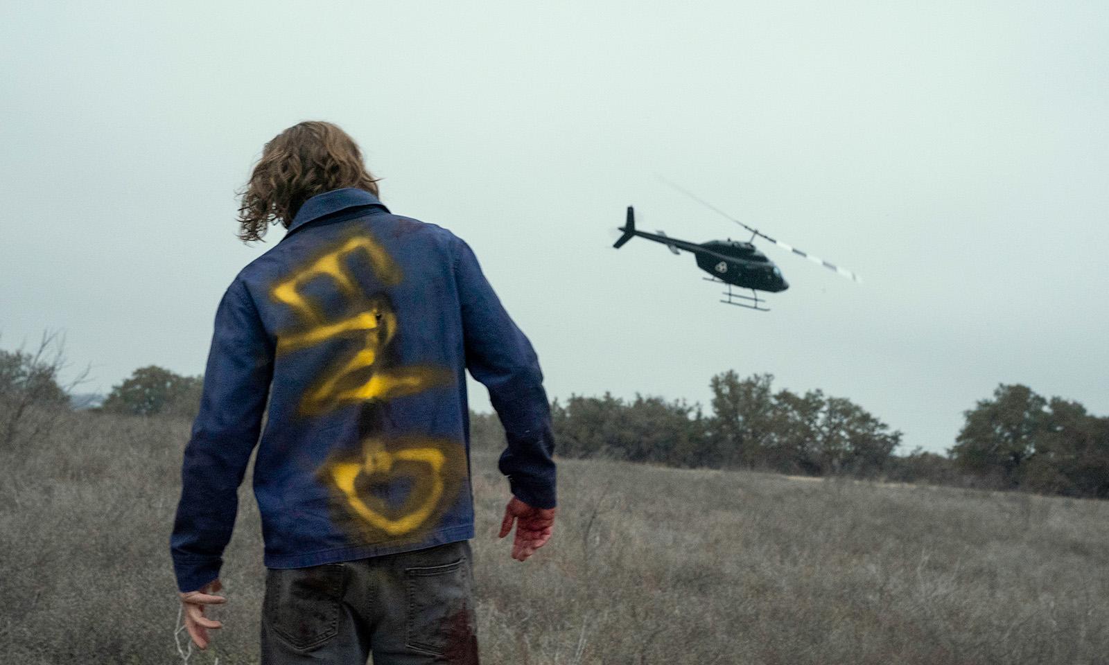 Imagem do episódio final da 6ª temporada de Fear the Walking Dead mostrando um walker seguindo o helicóptero