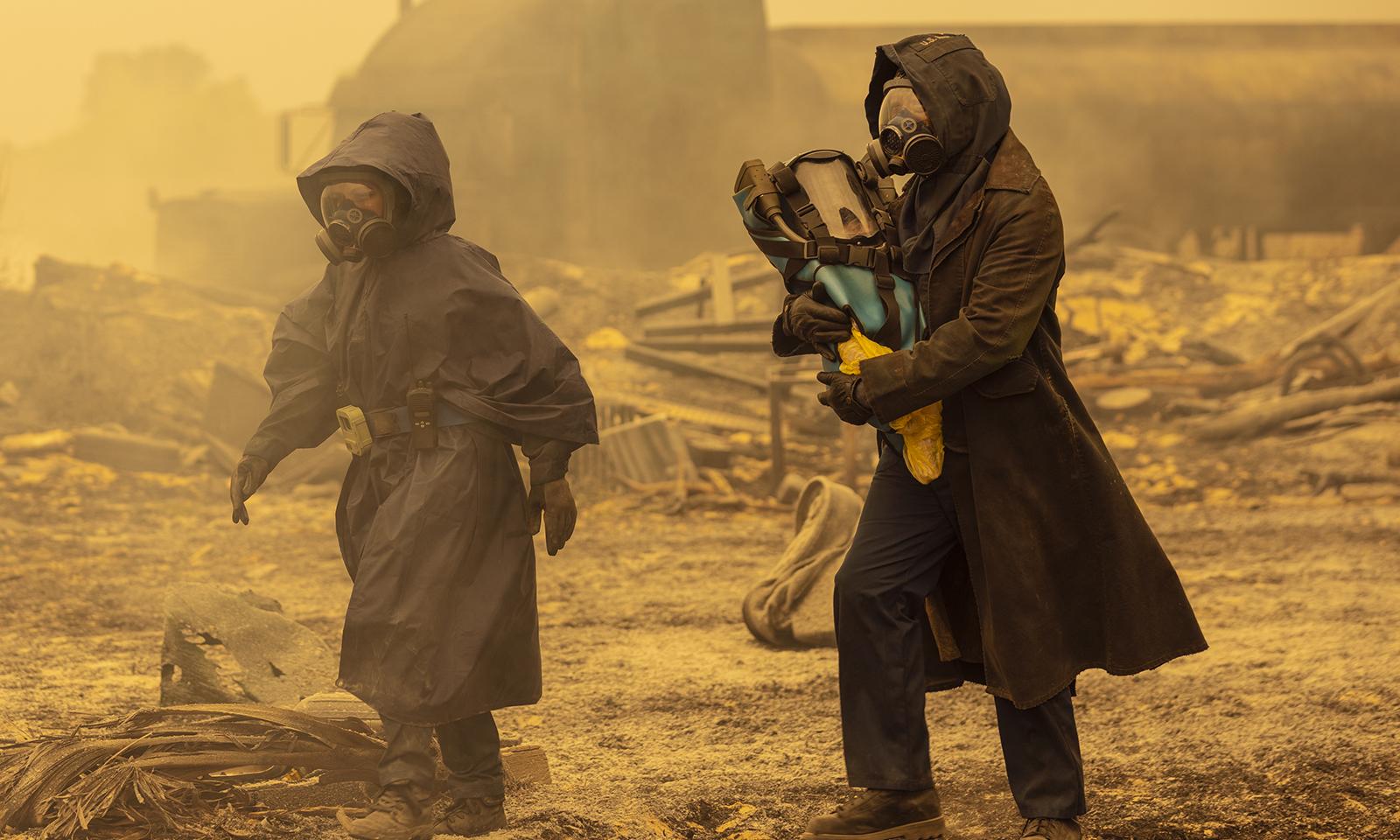 Morgan, Grace e o bebê deixando o submarino no episódio 2 da 7ª temporada de Fear the Walking Dead.