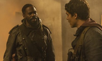 Victor conversando com um cara no episódio 1 da 7ª temporada de Fear the Walking Dead.