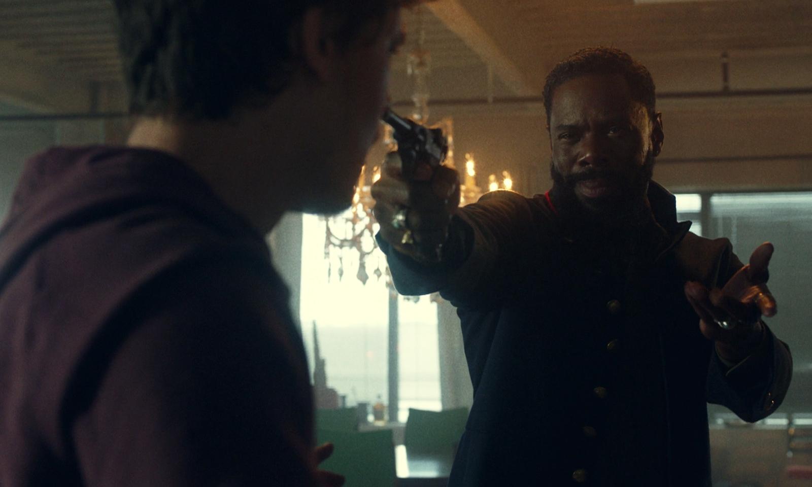 Victor apontando uma arma para um homem e pedindo algo no episódio 1 da 7ª temporada de Fear the Walking Dead.