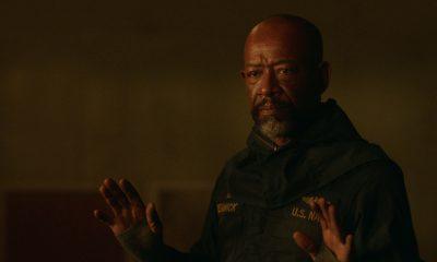Morgan com as mãos levantadas no episódio 2 da 2ª temporada de Fear the Walking Dead.