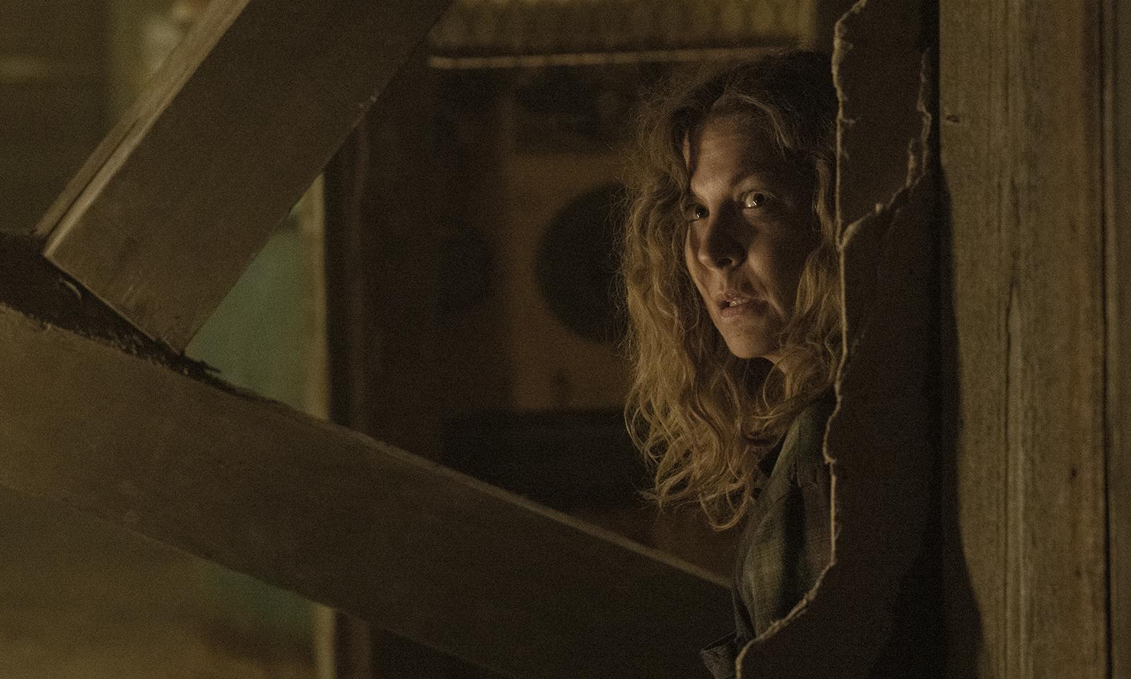 June assustada observando algo no episódio 3 da 7ª temporada de Fear the Walking Dead.