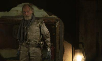 Sr. John Dorie observando um buraco no episódio 3 da 7ª temporada de Fear the Walking Dead.