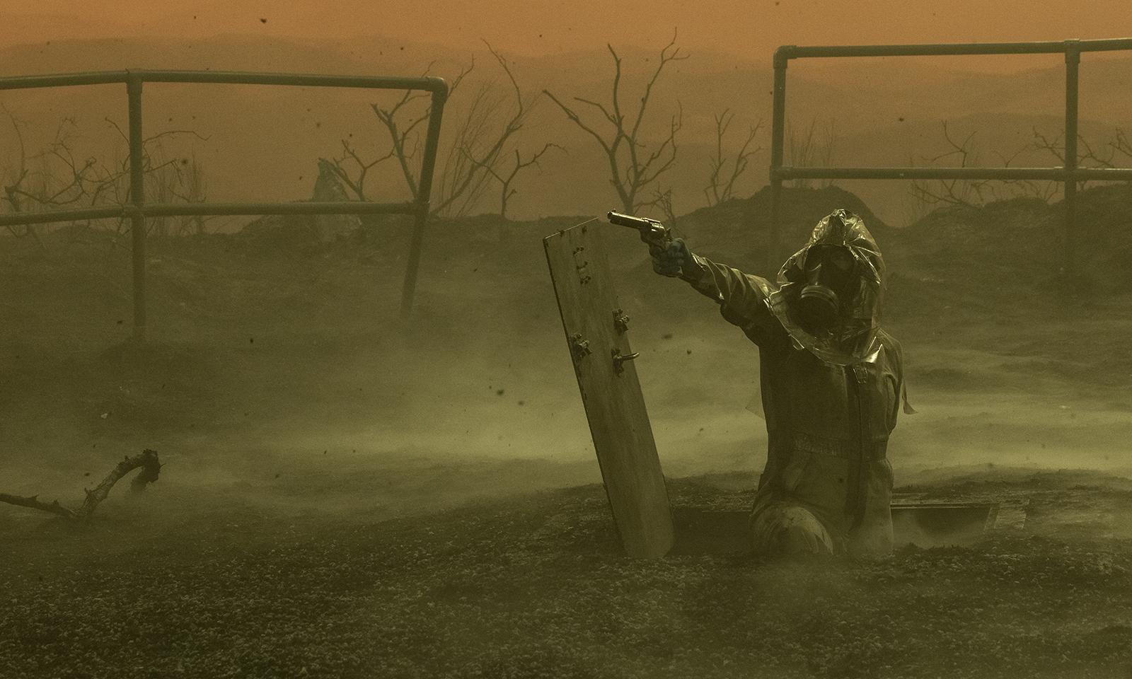 June apotando uma arma enquanto sai de seu esconderijo no episódio 3 da 7ª temporada de Fear the Walking Dead.